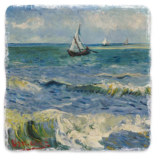 Rybářské lodě na pláži v Saintes-Maries-de-la-Mer